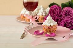 Söta romantiska muffin för dag för valentin` s Royaltyfri Bild