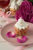 Söta romantiska muffin för dag för valentin` s Royaltyfri Foto