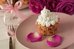 Söta romantiska muffin för dag för valentin` s Fotografering för Bildbyråer