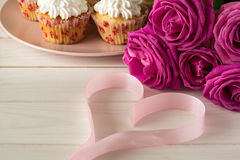 Söta romantiska muffin för dag för valentin` s Royaltyfri Fotografi