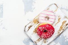 Söta rosa donuts fotografering för bildbyråer
