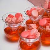Söta rosa efterrättkakamakron royaltyfri foto