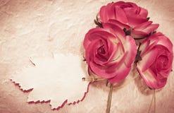 Söta rosor och bladanmärkningen på mullbärsträdet skyler över brister Arkivbilder