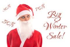 Söta Santa Girl som ser för att smsa den stora vinterförsäljningen som isoleras på wh Royaltyfri Bild