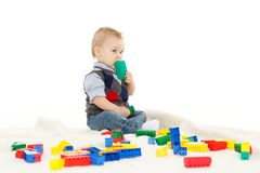 Söta små behandla som ett barn med leksaker. Arkivfoton