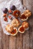Söta smörgåsar med fikonträddriftstopp och gräddostnärbild överkant VI royaltyfria foton