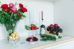 Söta smakliga macarons för efterrätt, jordgubbar, äpplen, druvor Royaltyfria Foton