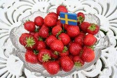 Söta svenska jordgubbar för solstånd Arkivbilder