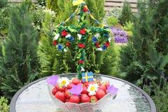Söta svenska jordgubbar för solstånd Royaltyfri Bild