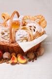 Söta tårtor i korgen, fruktgarnering Royaltyfri Fotografi