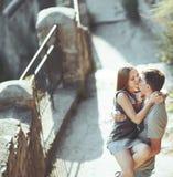 Söta tonåriga par som omfamnar på gatan. Royaltyfria Bilder
