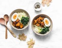 Sötpotatis couscous, spenat, äggbuddha bunke på ljus bakgrund, bästa sikt Vegetarisk mat arkivbild