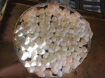 Sötpotatiseldfast form som överträffas med mini- marshmallower Arkivfoto