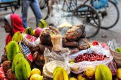 Sötpotatisförsäljare i Indien royaltyfria foton