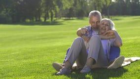 Sötsak åldrats förälskat drömma för par om framtid lager videofilmer