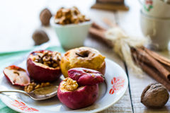 Sötsaken bakade äpplen med valnötter, kanel och honung, höst Royaltyfri Bild