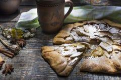 Sötsaken bakade nytt det hemlagade franska landet Galette med äpplen på en träbakgrund arkivfoton