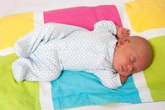 Sötsaken behandla som ett barn att sova för pojke Royaltyfri Bild