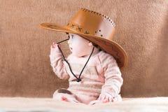 Sötsaken behandla som ett barn flickan i en cowgirldräkt Royaltyfri Bild