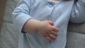 Sötsaken behandla som ett barn lite pojken sover med hans finger i hans mun stock video