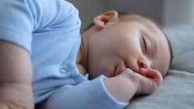 Sötsaken behandla som ett barn lite pojken sover med hans finger i hans mun lager videofilmer