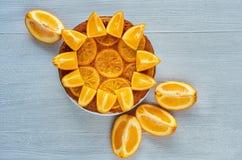 Sötsaken caramelized den orange pajen med nya orange skivor på den gråa bakgrunden med utrymme för den fria kopian Citrus paj Arkivfoto