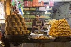 Sötsaken shoppar i gata nära data darbar Lahore Pakistan Royaltyfria Bilder