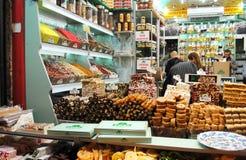 Sötsaken shoppar på den storslagna basaren, Istanbul, Turkiet Royaltyfri Bild