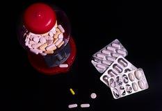 Sötsaker bearbetar med maskin mycket av preventivpillerar fotografering för bildbyråer