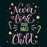 Sötsaker citerar färgrikt uttryck för handattraktionbokstäver - lossa aldrig ditt inre barn - i ljust - gröna och rosa färger vektor illustrationer