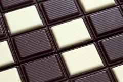 sötsaker för efterrätt för bakgrundschoklad vita mörka Fotografering för Bildbyråer