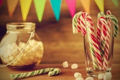 Sötsaker för jul greeting lyckligt nytt år för 2007 kort Godisrottingar och marshmallow Arkivfoto