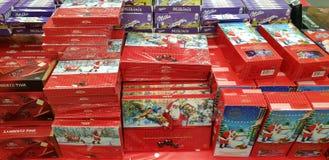 Sötsaker för julgåvainpackning i supermarket royaltyfri bild