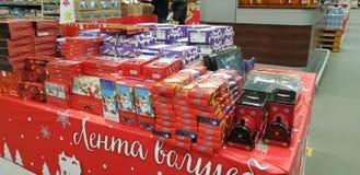 Sötsaker för julgåvainpackning i supermarket royaltyfri fotografi