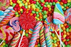 Sötsaker och färgrika sockergodisar royaltyfria foton