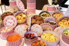 Sötsaker och kakor i rosa askar Royaltyfri Bild