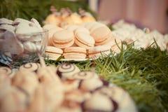 Sötsaker på brölloptabellen Hand-drog konturlinjer och slaglängder Royaltyfri Bild