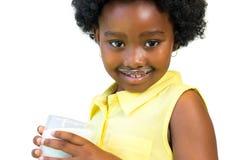 Sött afrikanskt dricka för flicka mjölkar Royaltyfri Fotografi