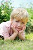 Sött barn i natur Arkivfoto