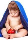 Sött barn med det röda äpplet Royaltyfria Bilder