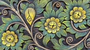 Sött blom- Carvingstappningstil och sidor på den sömlösa modellen för träd på träbakgrundstextur som används som härlig antikvite Arkivbilder
