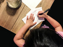 Sött flickateckningsdjur på papper Royaltyfria Bilder