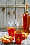 Sött likörvin för efterrätt, två koppar med espressokaffe och f.m. Arkivbilder