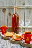 Sött likörvin för efterrätt, två koppar med espressokaffe och f.m. Arkivbild