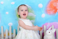 Sött litet barn som är upphetsat för easter Royaltyfria Bilder