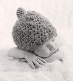 Sött nyfött behandla som ett barn att sova royaltyfria bilder