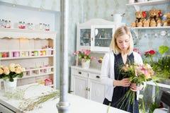 Sött och mjukt inomhus med den härliga blomsterhandlaren Royaltyfri Bild