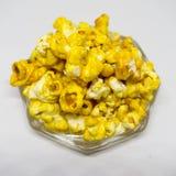 Sött popcorn på vit bakgrund Royaltyfria Foton