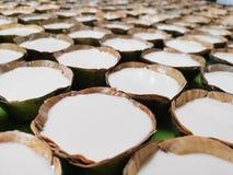 Sött pulver på torkade banansidor som fästas ihop med naturliga material för bambu, som är miljövänliga arkivbilder