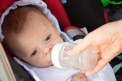 Sött roligt behandla som ett barn dricksvatten arkivbilder